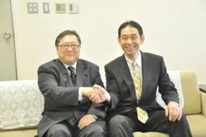 同窓会会長と校長握手
