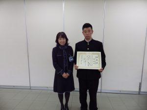 金沢区長の永井様より賞状を受け取る大塚くん